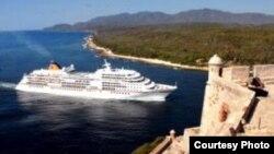 Crucero entrando en Santiago de Cuba.