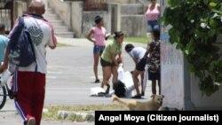 La Dama de Blanco Berta Soler es arrastrada por mujeres de la policía en La Habana, 19 de abril de 2019.