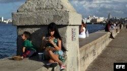Una joven se conecta a internet en el muro del Malecón, en La Habana. (Archivo)