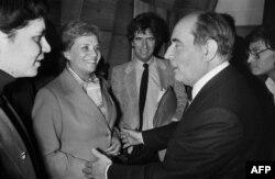 Menos de un año después de dejar la presidencia interina de Bolivia, Lidia Gueiler Tejada aparece aquí (al centro) en marzo de 1981 con el mandatario francés Francois Mitterrand (Foto: Georges Gobet/AFP).