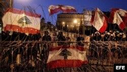 Soldados anti disturbios hacen guardia frente al palacio gubernamental en Beirut, Líbano,