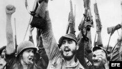 Fidel Castro y un grupo de rebeldes celebran el triunfo.