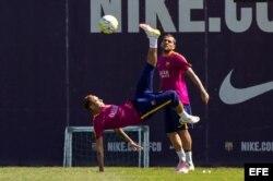 El delantero brasileño del FC Barcelona, Neymar Jr. realiza una chilena.
