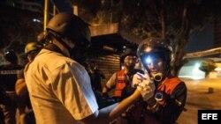 """Un fotógrafo de la agencia Efe en Venezuela es atendido por por integrantes del grupo de rescate """"Antonio José de Sucre"""" luego de sufrir heridas por el impacto de perdigones."""