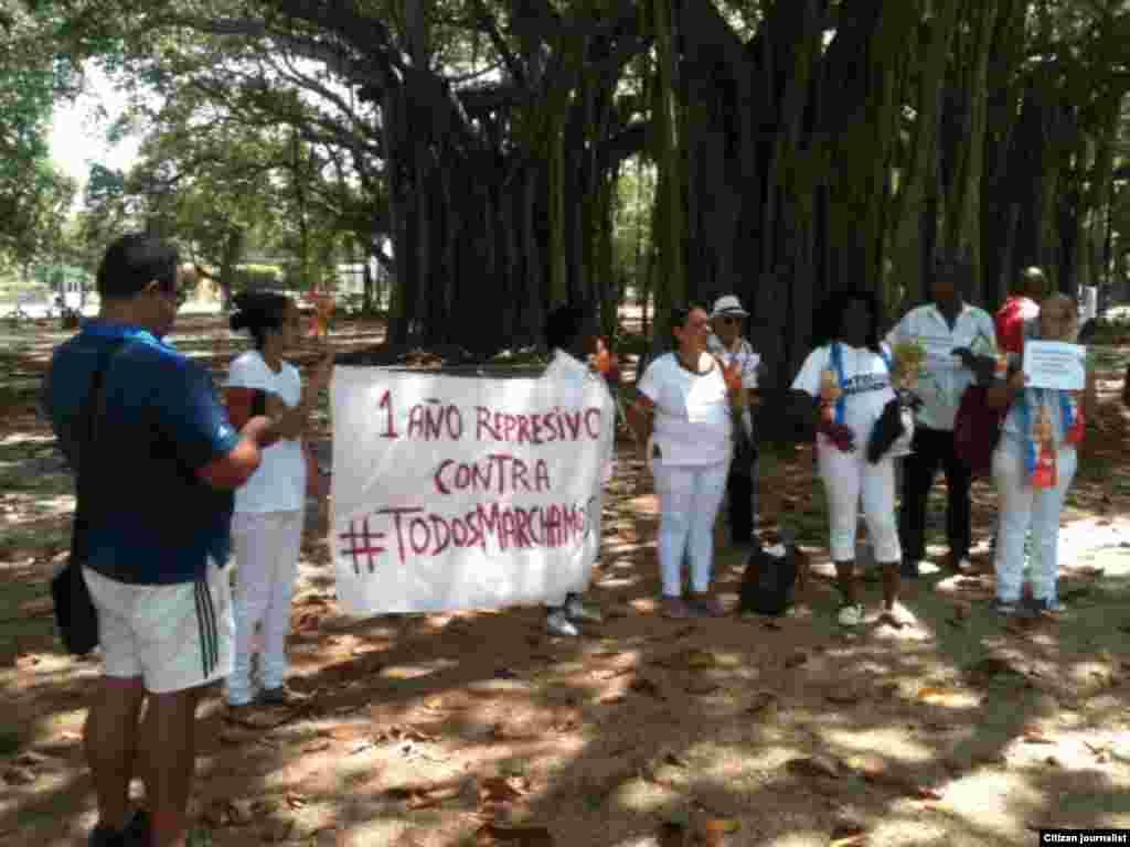 Activistas y Damas de Blanco se reúnen en el Parque Gandhi para salir a la campaña #TodosMarchamos este domingo en que se cumple un año de represión de las marchas opositoras. Foto Angel Moya.