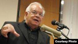 José Prats Sariol en su disertación sobre Baquero. Foto: Luis Felipe Rojas.