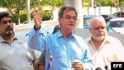 Ramón Saúl Sánchez habla en una conferencia de prensa en Miami, Florida, sobre su situación migratoria en EEUU.
