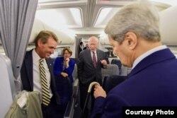 Kerry en el avión junto a los senadores Jeff Flake (1-i), Amy Klobuchar y Patrick Leahy.