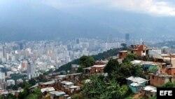 """Con ayuda cubana y de sus petrodólares, Chávez repartió limosnas entre los más pobres, pero desaprovechó la bonanza petrolera para resolver los problemas del país. En la foto """"La Cumbre del Paraíso"""", una villa miseria de Caracas."""
