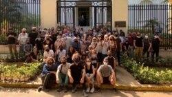 Grupo de jóvenes artistas piden ser escuchados frente al Ministerio de Cultura, en La Habana (Facebook).