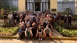 Grupo de jóvenes artistas piden ser escuchados frente al Ministerio de Cultura. (Facebook).