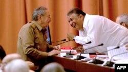 Raúl Castro conversa con Marino Murillo.