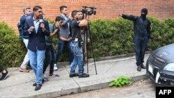 Agente de policía represiva acosa a periodistas en Caracas, Venezuela.
