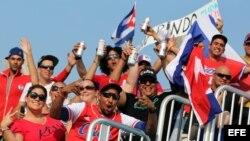 Cubanos residentes en Canadá animan a su equipo.
