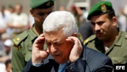 El presidente palestino, Mahmoud Abbas (c), asiste al rezo del mediodía de los viernes en una mezquita afuera de su oficina en Cisjordania.