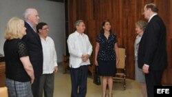 Foto de archivo: Los senadores Patrick Leahy (2do. izq.) y Richard Shelby (der.) se reunieron con el gobernante Raúl Castro (c) en febrero de 2012 en La Habana.