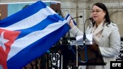 La escritora cubana Zoé Valdés, durante un acto de apoyo a las Damas de Blanco convocado por el Ayuntamiento de París y apadrinado por la organización Reporteros Sin Fronteras (RSF). Foto Archivo.