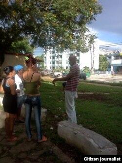 Activistas acompañan a Farinas frente a Estación foto Yoel Bencomo