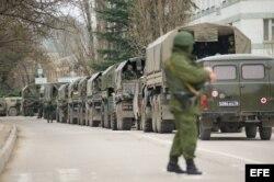 Hombres armados no identificados en uniforme militar bloquean una base militar ucraniana en Balaklava, Crimea, Ucrania.