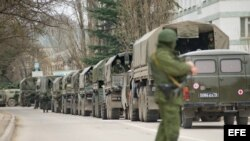 Tropas identificadas por el gobierno ucraniano como fuerzas navales rusas bloquean hoy una base militar en Balaklava, Crimea.