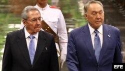 Raúl Castro y su homólogo de Kazajistán, Nursultán Nazarbáyev. EFE