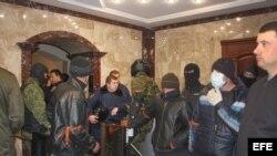 Militares en la sede regional del Ministerio del Interior, rodeado por manifestantes prorrusos en Donetsk, Ucrania