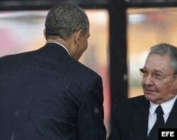 El presidente estadounidense, Barack Obama (i), saluda su homólogo cubano, Raúl Castro, durante el servicio religioso oficial del expresidente sudafricano Nelson Mandela.
