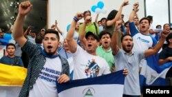 Prisioneros políticos arrestados por participar en las protestas contra Daniel Ortega tras un servicio religioso por su liberación, en Masaya, Nicaragua.