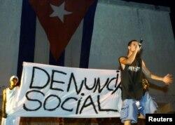 En una presentación el rapero Papá Humbertico critica los arrestos policiales y la discriminación racial en Cuba, en el Festival de Rap del 2002.