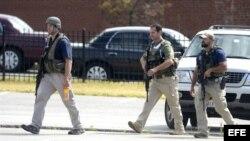 Policías caminan por el lugar donde se ha producido un tiroteo en instalaciones de la Armada en Washington, DC, EE.UU.