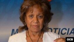 Lilia Castañer, dama de blanco, muestra la foto de su hijo desaparecido en España.