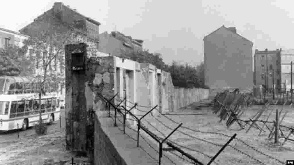 Fotografía de archivo tomada el 22 de agosto de 1965 que muestra el muro de Berlín en la calle Bernauer en Berlín (Alemania).