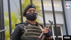 Un agente de seguridad pública en las afueras del tribunal electoral en Nicaragua. Foto: Houston Castillo/VOA