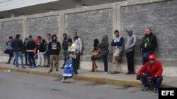 Cubanos esperan en la línea fronteriza de Nuevo Laredo (México).