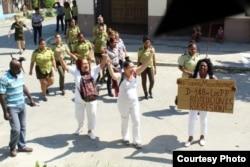 Domingo 148 de represión contra las Damas de Blanco.
