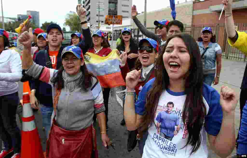 Ciudadanos venezolanos residentes en Bogotá gritan consignas mientras asisten a votar en las elecciones presidenciales de su país hoy, en Bogotá (Colombia).