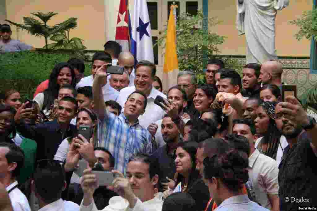 El presidente Varela se toma fotos con los jóvenes católicos cubanos reunidos en el Arzobispado de La Habana.