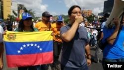 Opositores marchan al centro de Caracas para exigir el cese de la represión en las protestas.