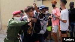 Furzas especiales detienen a un menor durante protestas el 11 de julio de 2021. REUTERS / Stringer