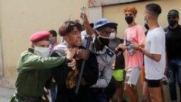 Policías vestidos de civil detienen a una persona durante protestas el 11 de julio de 2021. REUTERS / Stringer