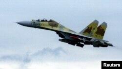 Un avión Sukhoi Su-30 hace una demostración cerca de Moscú.