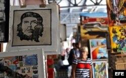 La imagen del Che Guevara se venden en un mercado de artesanías