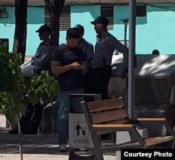 La policía controla la venta de alimentos en mercados estatales.