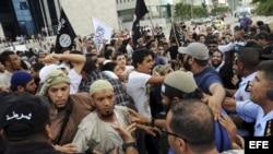 Las fuerzas de seguridad tunecinas dispersan una manifestación de salafistas frente a la embajada de EE.UU. en Túnez (Túnez). a un vídeo realizado por Sam Bacile, un israelí-estadounidense, en el que se critica el islam y se caricaturiza la figura del pro