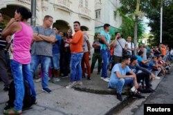 Habaneros hacen cola para adquirir productos en una de las nuevas tiendas en divisas, en La Habana. REUTERS/Alexandre Meneghini