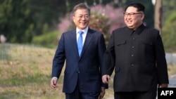 El líder de Corea del Norte Kim Jong Un (der.) y de Corea del Sur Moon Jae-in (izq.) en Panmunjom.