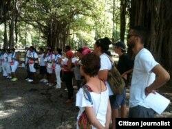 Damas y activistas se reúnen en el parque Gandhi este domingo para de ahí salir a la jornada de #TodosMarchamos. Foto: Ángel Moya.