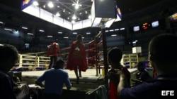 Boxeadores suben al ring previo a un encuentro