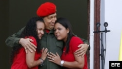 ARCHIVO. Hugo Chávez, abraza a sus hijas María Eugenia (i) y Rosa Inés (d).