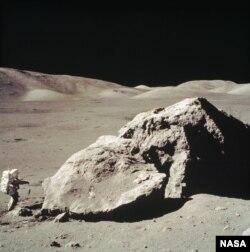 En esta foto a bordo del Apolo 17, el piloto del Módulo Lunar Harrison H. Schmitt recolecta muestras de una enorme roca cerca del Valle de Tourus-Littrow.